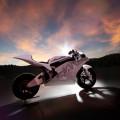 Bicicleta elétrica com 'cara' de moto armazena carga para 320 km