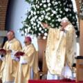 Papa aparece em público após renúncia e envia mensagem ao Brasil