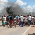 Trabalhadores protestam por salários atrasados na BR-101