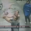 Homem salva bebê que cai de prédio na China; veja o vídeo