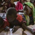 Pobreza pode cair pela metade se adultos completarem ensino secundário, diz ONU