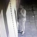 Câmera flagra homem durante furtos em estabelecimentos de Delmiro Gouveia