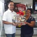 Nobre Autoposto premia cliente com cesta natalina