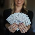 Mulheres que buscam parceiros com dinheiro: retrocesso ou condição humana? Especialistas respondem