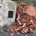 Caminhão com carga de telhas tomba e incendeia na Serra das Pias em Palmeira