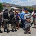 """Em protesto por água, moradores de Santana """"prendem"""" veículos da Casal"""