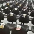 Pastor enche cadeiras com fotos de fiéis e faz orações em templo vazio