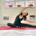 Educadora física ensina exercícios de coluna para realizar na quarentena