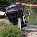 Carro vai parar em cima de muro, após perder controle em rodovia do Sertão