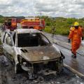 Bombeiros combatem incêndio em veículo na BR 316 em Santana do Ipanema
