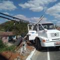Santana: Caminhão colide em poste e quase cai em ribanceira na BR 316