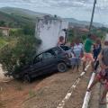 Homem morre após perder controle de carro e colidir em caixa d'água no Sertão