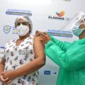 Em Alagoas, profissionais da saúde continuam recebendo 2ª dose da vacina
