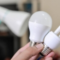 Iluminação natural e lâmpadas de LED estão entre as dicas de como economizar energia