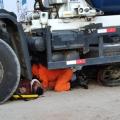 Motociclista vai parar embaixo de caminhão após acidente em Santana