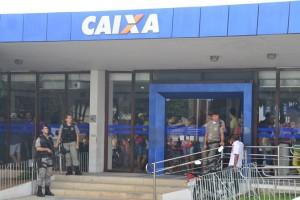 Equipes da PM estiveram o dia em frente a agência bancária (Foto: Jean Souza / Alagoas na Net)