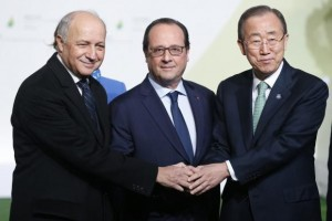O ministro das Relações Exteriores francês, Laurent Fabius; o presidente da França, François Hollande e o secretário-geral da ONU, Ban Ki-Moon ( Foto: Horcajuelo / Agência Lusa)