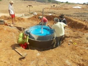 Processo de construção do biogestor (Foto: Mario Farias Júnior / Agência Alagoas)