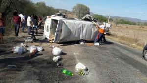 Um dos veículos envolvidos no acidente foi uma Kombi (Foto: Reprodução / WhatsApp)