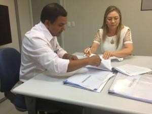 Prefeita assinou o convenio junto com a Caixa (Foto: Assessoria)