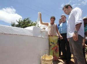 Governador Renan Filho e secretário Álvaro Vasconcelos observam cisterna: ações vão viabilizar implantação de tecnologias sociais de acesso à água para o autoconsumo (Foto: Thiago Sampaio / Agência Alagoas)