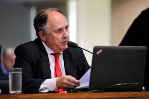 Cristovam Buarque é o autor do projeto que destina os recursos recuperados à educação (Foto: Edilson Rodrigues/Agência Senado)